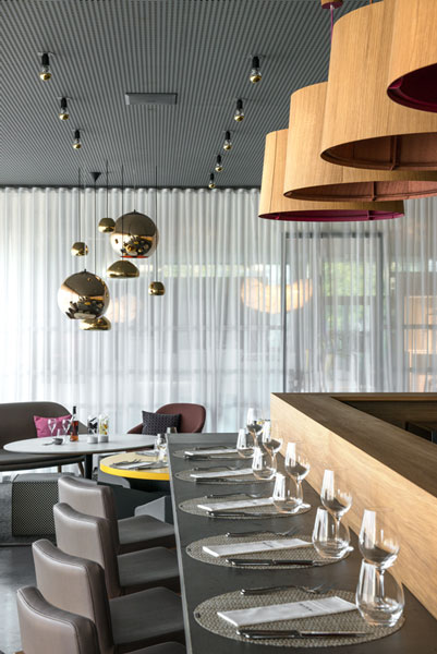 01-bar-bois-restaurant-mia-Sophie-Petit